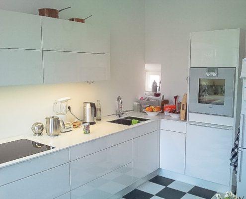 küche, alt und neu. mit elektrisch ausfahrbaren schubladen