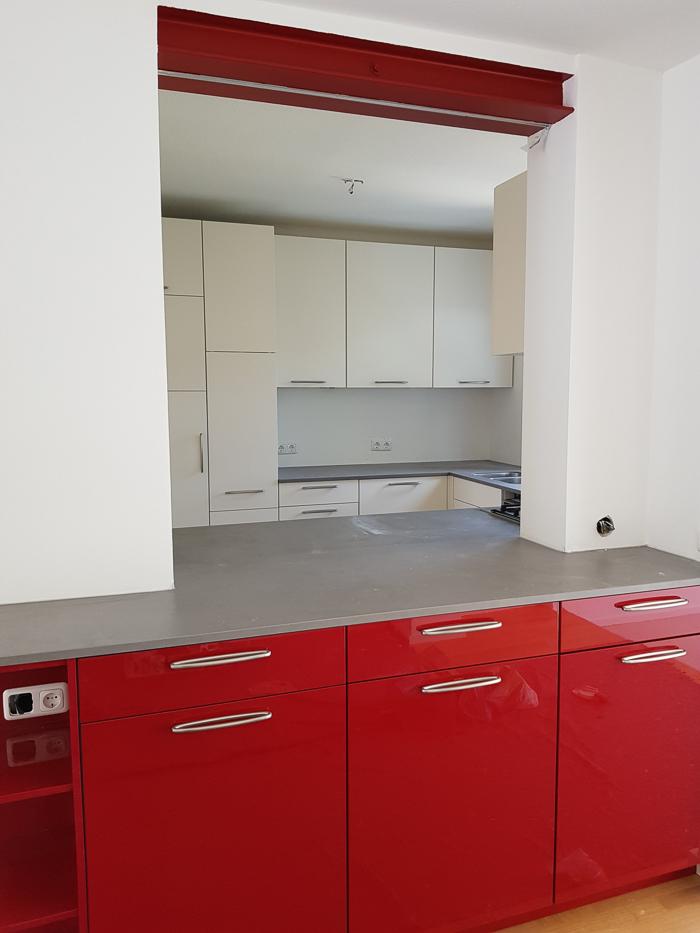 küche mit keramik-arbeitsplatte, auch in der durchreiche ...