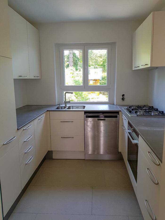 k che mit keramik arbeitsplatte auch in der durchreiche gruner2. Black Bedroom Furniture Sets. Home Design Ideas